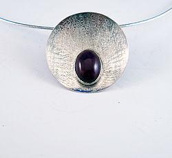 Zilveren hanger met robijn